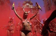 Býčí slavnosti v Pamploně provázejí protesty: Nahá prsa a krev z prášku!
