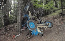Skončil pod traktorem!