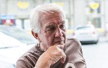 Osmdesátiletý herec skončil ve špitále! Co se stalo? Legenda trpí brutálním zánětem průdušek a tak lékaři nasadili léčbu kyslíkem.