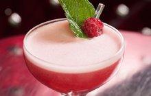 Vychutnejte si léto až do poslední kapky! Nejlépe se sklenkou lahodného drinku v ruce. Zapomeňte na »tvrdý« alkohol, v horku nevhodný, a zkuste vsadit na lahodné drinky z vína nebo sektu v kombinaci s ovocem. Výsledek potěší oko, polechtá jazyk a zlepší náladu.