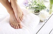 Není nic horšího než prasklá pata. Většinou je následkem špatné péče o dolní část nohou. Zatvrdlá kůže, která není pravidelně odstraňována, nevydrží zátěž těla, pukne a někdy i znemožní chůzi. A když se do rány dostane infekce, je léčení dlouhé. Pedikúra tomu předchází.