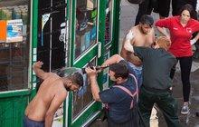 Další noční útok kyselinou v Londýně: Oběti hledaly pomoc v obchodě, prodavač je poléval vodou!
