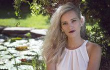 V novém účesu je absolutně k nepoznání. Bára Jánová (28) alias Marylin z Ohnivýho kuřete se rozloučila se svou blond hřívou a vrátila se k přírodnímu odstínu vlasů.