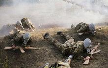 Ukrajinské děti se ve skautu učí rozebírat pušky!
