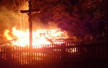 Kostel zapálili jako pomstu za nevyléčitelnou nemoc?