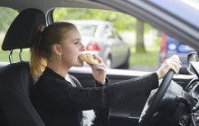 Čeští řidiči v průzkumu přiznali:  Za volantem telefonujeme, jíme a líbáme se!