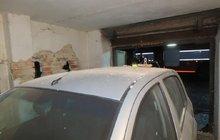 Hodně netradiční karambol: Naboural do mostku a zničil auto v garáži!