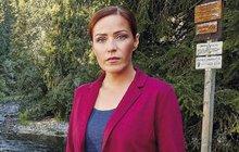 V seriálu V.I.P. vraždy pomáhá kapitánu Beranovi (Patrik Děrgel) sexy spisovatelka Klaudie Wolfová s vyšetřováním nesnadných případů. Její představitelka Soňa Norisová (44) je ale jiná než ona. Spíš než v lodičkách a šatech ji v civilu potkáte v bagančatech a sportovním oblečení, miluje totiž pohodlí…