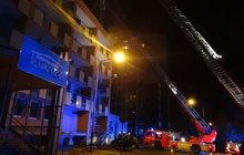 Nebezpečný požár střechy domova pro seniory v Ostravě: Zapálili ji chuligáni?