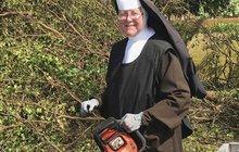 Sestra v akci: Jeptiška s motorovkou uklízí po Irmě!