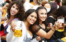 Mnichovský Oktoberfest je v plném proudu: Na pivo zašla i paní Vinnetouová!