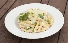 VAŘÍME CVALEM S MICHALEM: Šéfkuchař připravil těstoviny s brokolicí a kuřecím masem, které osloví děti i dospělé!