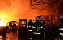 Halu s hořlavinami zničil požár!
