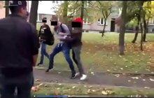 Žák základní školy útočil: Nasadil bílé rukavičky a zkopal dva školáky!