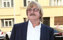 Těžký den mistra basů Karla Vágnera (76): Z funusu na křest!