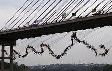 Bizarní světový rekord: Z mostu skočilo 245 lidí! Najednou!