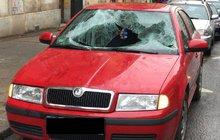 Žena (31) skočila z okna: Z 2. patra spadla na auto