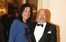 Známý zpěvák oslavil 58. narozeniny ve francouzském Saint-Tropez. A tam to rozhodně není žádná láce! Kolik ho stál pobyt ve zdejším honosném hotýlku?