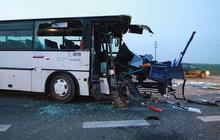 Kamion rozpáral autobus!
