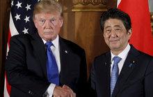 Japonský premiér Abe (63) »Hodil záda« na golfu