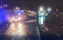 Opilý muž spadl do Vltavy: Hodinu volal o pomoc!
