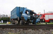 Vlak se srazil s popeláři! Řidič a 2 cestující byli zraněni...