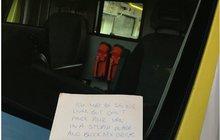Stupidní vzkaz za sklem sanitky: Neblokujte mi vjezd! Přitom umíral soused...