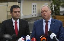 Po nešťastných výsledcích letošních voleb se do sebe na Facebooku pustil exministr vnitra Milan Chovanec (48, ČSSD) se současným ministrem Janem Hamáčkem (39, ČSSD, oba na snímku).
