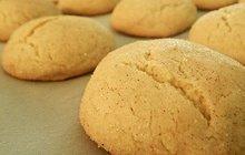 POTŘEBUJETE: 150 g vlašských ořechů, 150 g rozinek, 50 g hrubé mouky, 1 vaječný bílek, citrónová šťáva