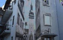 V Brně si namalovali radnici na fasádu zanedbaného domu: Vkročte do zdi!