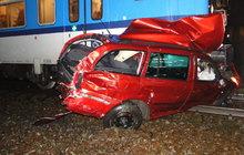 Šlo o život! Řidička Škody Octavia se těsně před příjezdem vlaku vyhýbala protijedoucímu řidiči a najela přitom do kolejiště mimo přejezd, kde se jí zablokovalo kolo.
