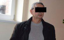 Fotil porno pro úchyly? Před soudem znovu stanul údajný šéf gangu Pavel H. (56). Ten byl loni potrestán za zneužití stovky dětí k výrobě porna. Odvolací soud ale případ vrátil k novému projednání.