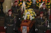 Zemřel hrdina! Jaroslava Mevalda (†39) si kolegové pamatují jako vojáka, který v Afgánistánu nedbal vážných zranění a krycí palbou bránil kamarády. Nyní mu lidé přišli na pohřeb vzdát poslední hold.