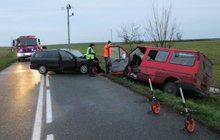 Šest zraněných si vyžádaů střet osobního auta s transitem Nehoda se stala včera před půl sedmou ráno nedaleko Dolního Přímu na Královéhradecku.