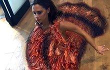 Jejím stylem oblékání se inspirují miliony žen napříč planetou, nejnovější módní kreaci Victorie Beckham (43) však nejspíš kopírovat nebudou. Někdejší Posh Spice se totiž navlékla do bizarního kostýmu krocana!