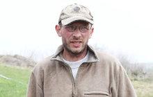 V malé ohradě plné bahna chová Mojmír Fiala (45) v Dvércích na Lounsku koně. Nemají ani přístřešek. Místní se bojí, že nepřežijí zimu. Stejně to vidí i veterinární správa, která rozhodla o jejich přemístění.