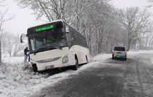 Smyk na sněhu, 12 zraněných a mrtvý v autobusu!