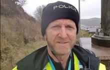 Velká Británie oslavuje hrdinu od dálniční policie: Udržel dodávku  visící z mostu! Holýma rukama...