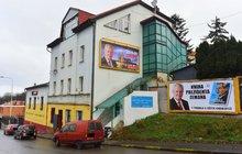 Billboardy jako od chytré horákyně: Zeman agituje neagituje...
