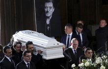 Francie se zahalila do smutku. Stovky tisíc lidí se včera sešly v centru Paříže, aby vzdaly hold rockerovi Johnnymu Hallydayovi (†74), který zemřel na rakovinu.