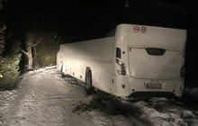 Navigace dovedla autobus do závěje: Seniory evakuovala HORSKÁ SLUŽBA!
