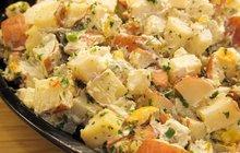 Zkuste letos odlehčenou verzi bramborového salátu s jogurtem!