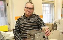 Mohl by jen tak sedět doma a pobírat invalidní důchod. Tomáš Kolínek (41) z Kladna, který má po dětské mozkové obrně ochrnuté nohy, ale odmítá být vězněm vlastního bytu. Sehnal si práci a našel ženu!
