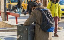 Bezdomovec na letišti prohlížel odpadkáře a... Odnesl si skoro 8 milionů!