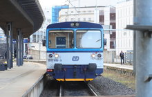 Strojvedoucí nedobrzil ve stanici a vlak na pražském hlavním nádraží včera zastavil až o zarážedlo.
