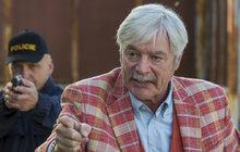 Ve středu večer odvysílala Česká televize první díl nového seriálu Inspektor Max. Ktelevizním obrazovkám sice přilákal 1,13 milionu diváků, ale jejich reakce příliš nadšené nejsou. Kritiku sklidil i hlavní hrdina, kterého ztvárnil slovenský herec Juraj Kukura (70).