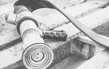 Až proud ledové vody z hydrantu zchladil v únoru 1926 rozběsněného nádražáka Václava N. z České Lípy. Ten předtím na bále zbil strážníka a ve vězení, kam ho muži zákona následně eskortovali, napáchal škodu za 1800 tehdejších korun.