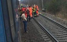 Mladík vypadl z vlaku: PŘIŠEL O OBĚ NOHY, DRUHÝ DEN ZEMŘEL!
