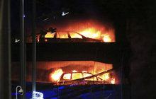Ohnivé peklo v parkovacím domě v Liverpoolu: 1600 aut na škvarek!
