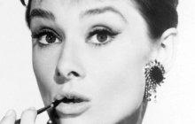 <strong>Kráska spodmanivým pohledem a křehkou duší. 20. ledna to bude 25 let, co Audrey Hepburn (†63), jedna znejvětších světových ikon, zemřela. Nejen Hollywood tehdy přišel o vynikající herečku a ženu svelkým srdcem. Téměř čtyřicet let se totiž Audrey věnovala charitě. Sama si přitom vživotě prošla peklem. Herečka, která získala Oscara, Emmy, Tony i Zlatý glóbus, totiž za války ještě jako dítě málem zemřela hlady. Přestože o ní snilo spousty mužů, ani vlásce jí příliš přáno nebylo. Na kolena ji však nesrazila ani nepovedená manželství či potraty, ale zhoubná nemoc.</strong>